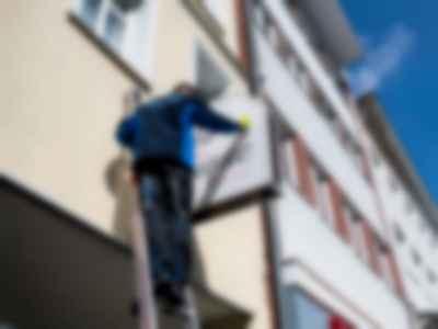 Reinigung und Wartung von Werbeschilder und Schaufenster Ihres Gewerbebetriebs